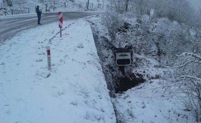 Buzlu yolda kayan araç devrildi: 4 yaralı