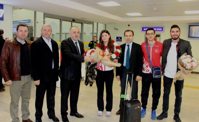 Avrupa şampiyonu Nisanur'a havaalanında çiçeklerle hoşgeldin