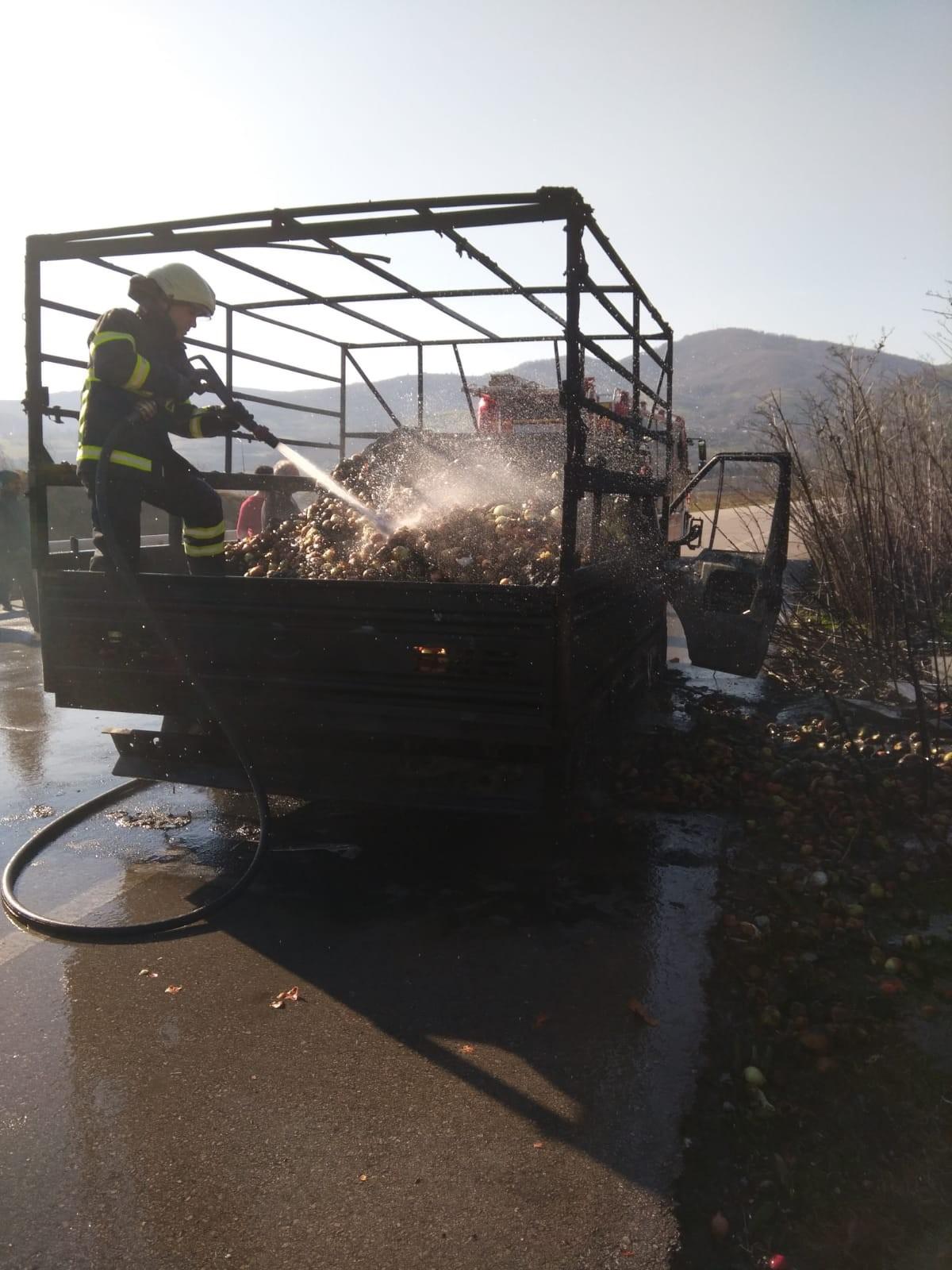 Sebze ve meyve yüklü kamyonet seyir halindeyken yandı alev aldı