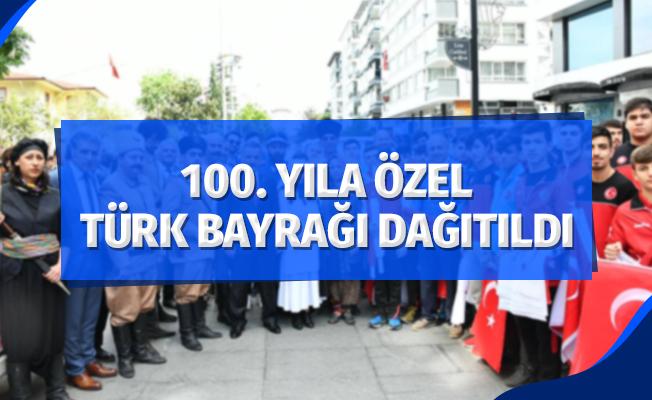 100. yıla özel cadde esnafına Türk bayrağı dağıtıldı