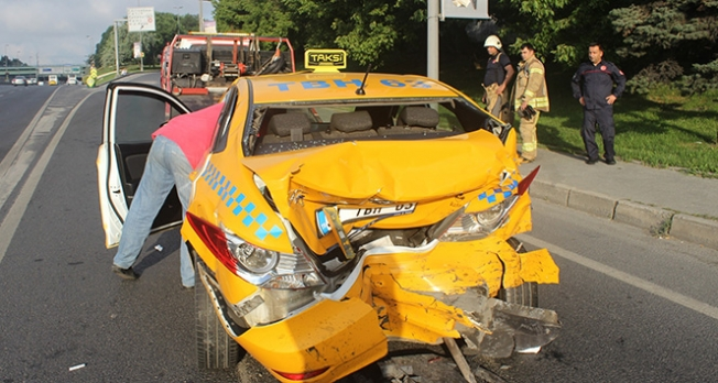 Edirnekapı E-5'te taksi ile minibüs çarpıştı: 1 yaralı