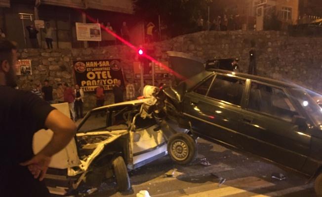 Kazada araçlar hurdaya döndü, kimse yaralanmadı