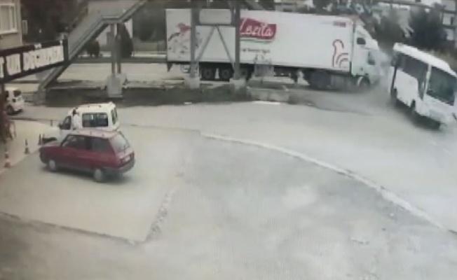 Samsun'da tırın halk otobüsüne çarptığı kaza kamerada: 1 yaralı