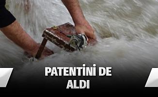 Elektrik teknisyeni suyun altında elektrik üretti