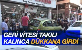 Samsun'da geri viteste pedalı takılan araç dükkana girdi: 1 yaralı